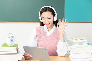 青年女性网上学习外语图片