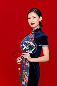 中国风旗袍美女拿扇子图片
