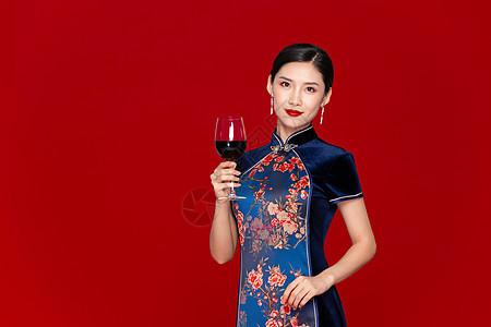 中国风旗袍美女拿红酒图片