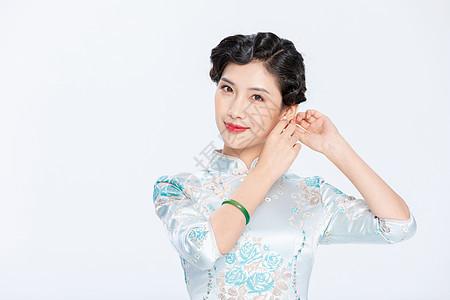 旗袍优雅女性戴耳环图片