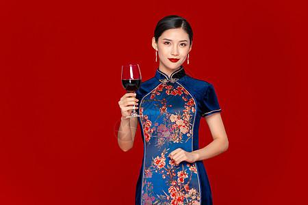 旗袍美女拿红酒图片