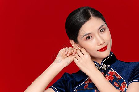 旗袍美女戴耳环图片