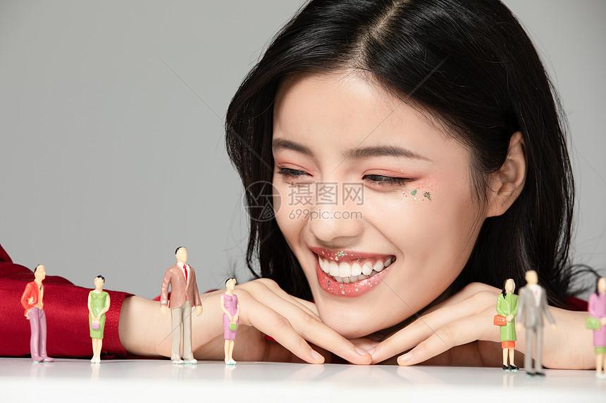 性感美女看模型小人图片