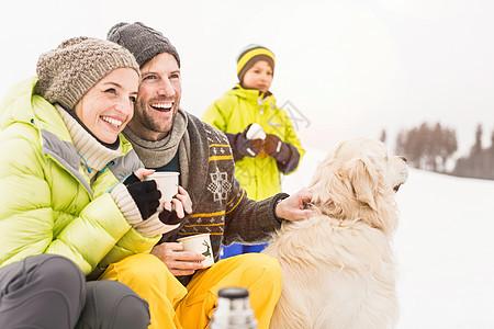 雪中玩耍的家庭图片