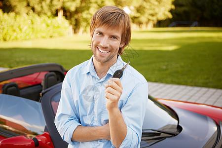男人骄傲地展示车钥匙图片