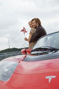 电动汽车附近的情侣图片