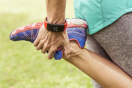 成熟女性,抱足,伸展运动图片