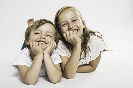 幸福的男孩和妹妹躺着的画室画像图片