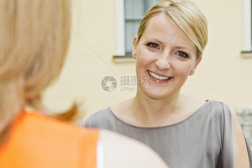 城市街道上微笑的女人图片