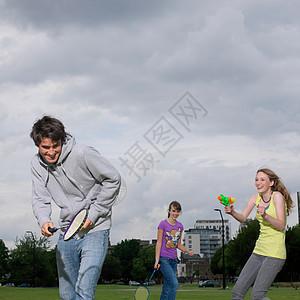 年轻女子向朋友开枪图片