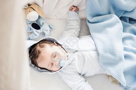 睡在童床上的男婴图片