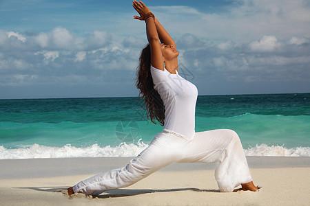 巴哈马拿骚天堂岛海滩上做瑜伽图片