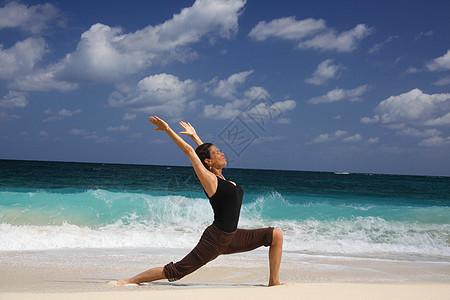 在海滩,天堂岛,拿骚,巴哈马,成熟的女人在武士的姿势图片