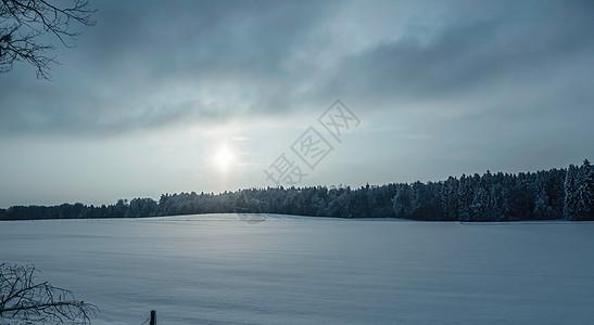 德国拜仁冷格里斯冬季景观上的阳光图片