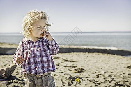 美国华盛顿汤森港海滩上的女婴图片