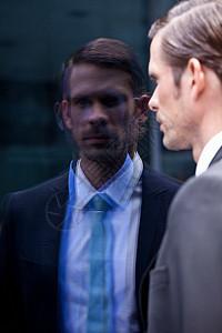 商人在玻璃窗照镜子图片