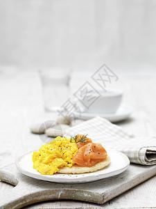 烟熏三文鱼和用莳萝装饰的布利尼炒蛋图片