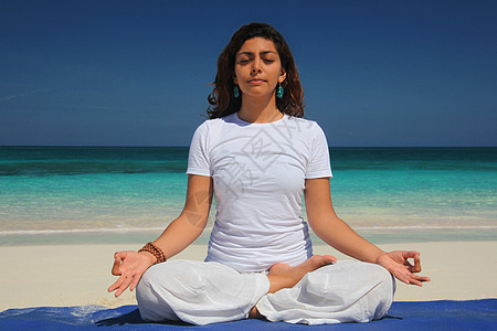 做瑜伽莲花姿势的年轻女子,天堂岛,拿骚,巴哈马图片