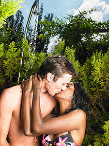 一对夫妇在户外亲吻图片