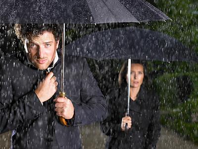男人和女人拿着雨伞,下雨图片