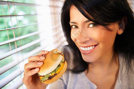 吃汉堡的女人图片
