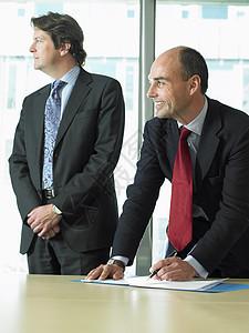 业务人员与合作伙伴签署文件图片