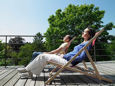 享受阳光的夫妇图片