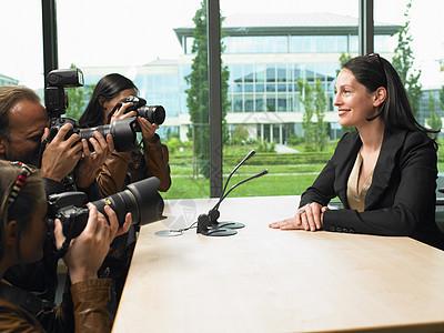商务女性开会图片