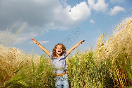在麦田里玩耍的女孩图片