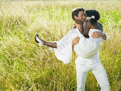 田里的已婚夫妇图片
