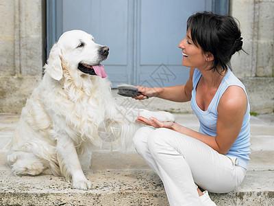 刷狗的女人图片