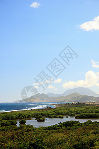 加勒比海圣基茨岛海岸和远处山脉的俯视图图片