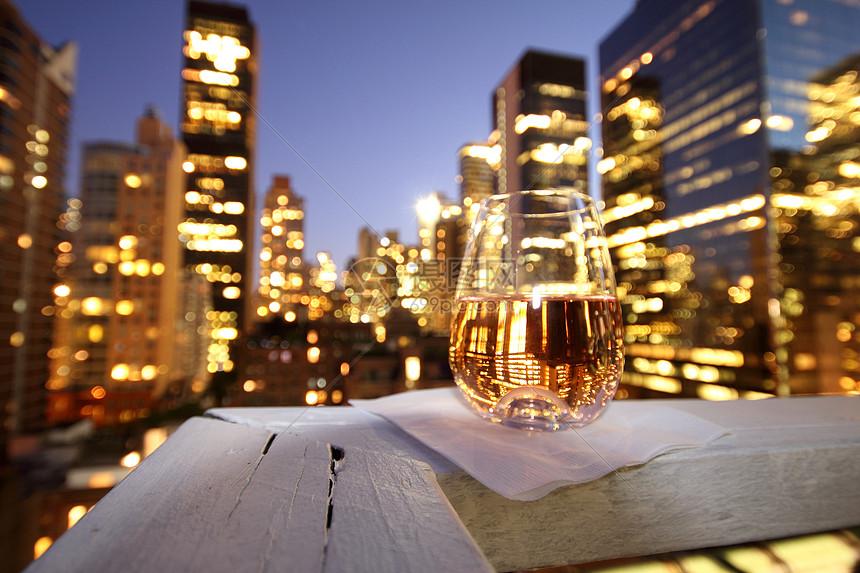 城市阳台酒杯图片