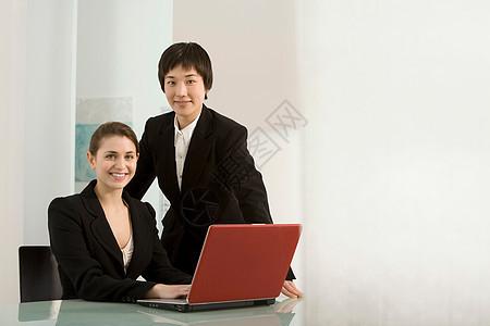 两位商业伙伴的画像图片