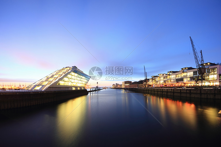 城市滨水在静水中的反射图片