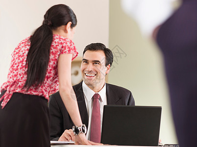 与同事交谈的商人图片