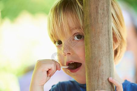 男孩吸着棒棒糖图片