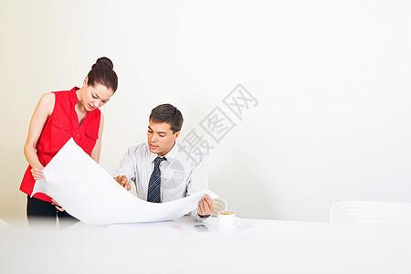 两位同事讨论计划图片
