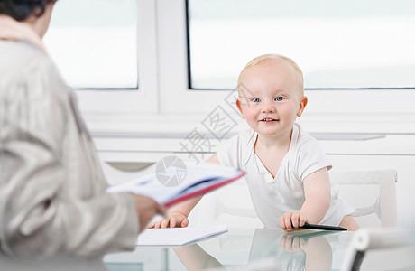 听办公室同事讲话的婴儿图片