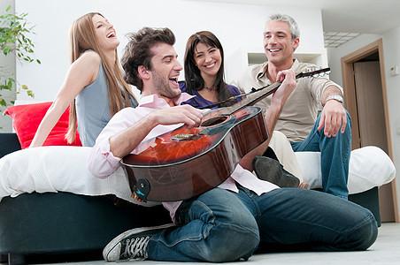 快乐的朋友唱歌弹吉他图片
