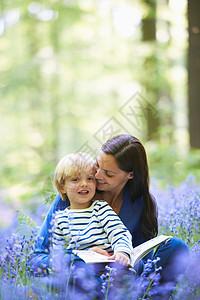 在森林里读书的母子图片