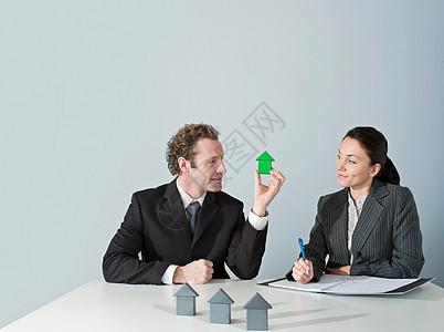 商人讨论住房图片