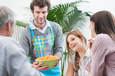 朋友们午餐吃意大利面图片