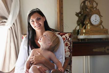 带着孩子的母亲微笑着图片