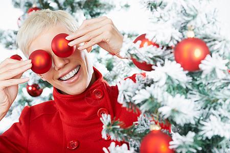 圣诞装饰背后的女人的眼睛图片