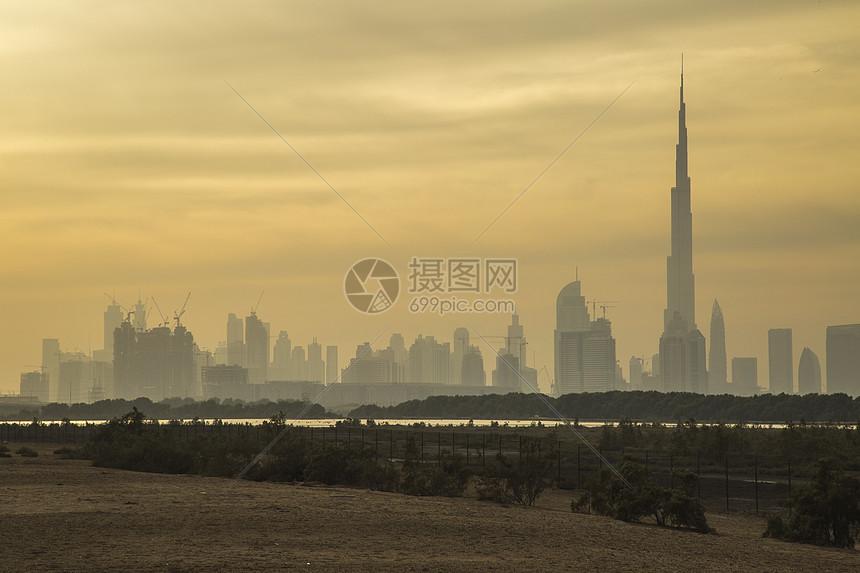 迪拜黎明时分的哈利法和城市天际线景观图片