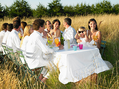 在田野里吃饭的人群图片