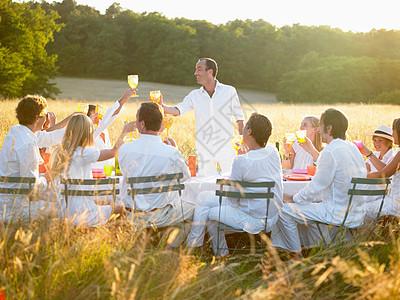 一群人在日落吃晚饭图片