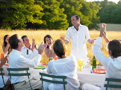 傍晚一群人在吃晚饭图片