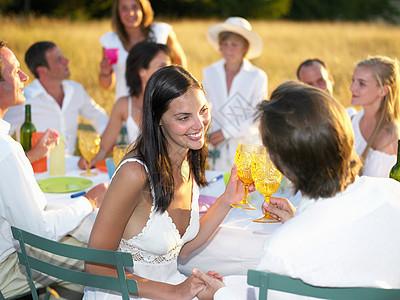 人们吃饭,举杯庆祝图片